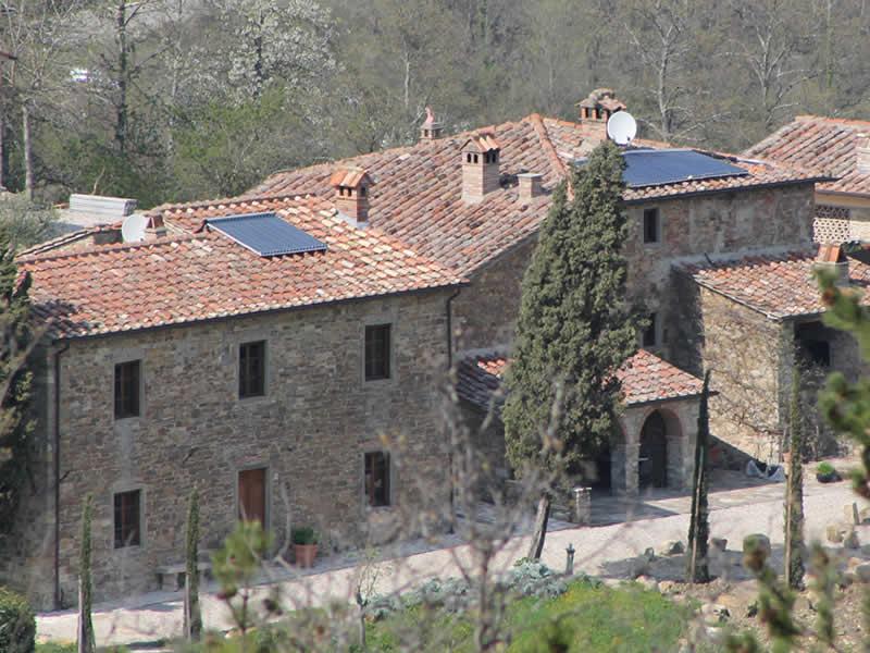 Impianto a biomasse con teleriscaldamento e impianto solare presso agriturismo
